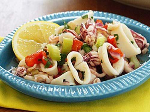 Низкокалорийный салат из кальмаров рецепт